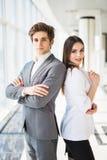 Zeker commercieel team van mens en vrouw die zich met gekruiste handen, het concept van de teamgeest, paar de bevinden van succes Royalty-vrije Stock Foto