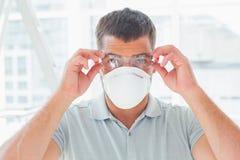 Zeker manusje van alles die beschermend eyewear en masker dragen stock fotografie