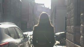 Zeker meisje die onderaan glanzende straat, vooruitzichten voor toekomst, de jeugd en schoonheid lopen stock video