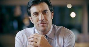 Zeker professioneel mens het glimlachen portret Collectieve van het commerciële het bureauvergadering teamwerk Kaukasische zakenm stock videobeelden