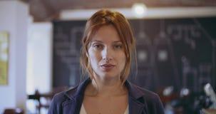 Zeker roodharige jong vrouw ernstig en het glimlachen portret Collectieve busineswoman, freelancer, kleine bedrijfseigenaar bij stock footage
