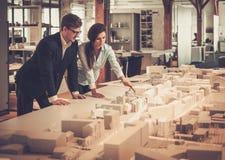 Zeker team van ingenieurs die in een architectenstudio samenwerken Royalty-vrije Stock Foto