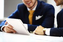 Zeker zakenliedenvoorzien van een netwerk in bureau Stock Foto's
