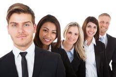 Zeker zakenlui die zich op een rij bevinden Stock Foto's