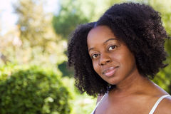 Zekere Afrikaanse Amerikaanse vrouw buiten in een tuin royalty-vrije stock afbeeldingen