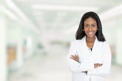 Zekere Afrikaanse Amerikaanse vrouwelijke artsen medische beroeps stock foto's