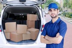 Zekere Arabische koerier die zich dichtbij zijn bestelwagen bevinden stock foto's