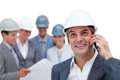 Zekere architect op telefoon voor zijn team Royalty-vrije Stock Foto's