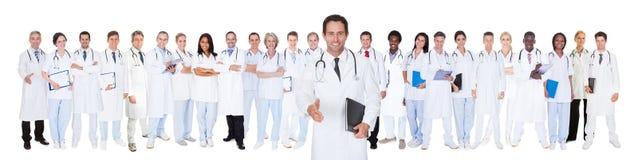 Zekere artsen tegen witte achtergrond Royalty-vrije Stock Afbeelding