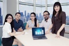 Zekere Aziatische bedrijfsmensen in een vergaderzaal stock afbeelding