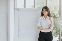 Zekere Aziatische vrouw met spatie flipchart stock afbeeldingen