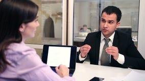 Zekere baankandidaat die gesprek hebben stock videobeelden