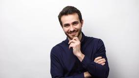 Zekere bedrijfsmens die bij camera glimlachen stock videobeelden