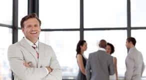 Zekere bedrijfsmens in doopvont van commercieel team Royalty-vrije Stock Afbeeldingen