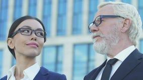Zekere bedrijfsmensen die verafgelegen, succesvolle carrière en veelbelovende toekomst kijken stock video