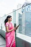 Zekere bedrijfsvrouw die een tabletpc in openlucht met behulp van royalty-vrije stock afbeelding