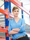 Zekere bedrijfsvrouw die zich in pakhuis bevinden Stock Afbeeldingen