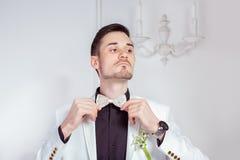 Zekere bruidegom in in kostuum royalty-vrije stock foto