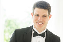 Zekere Bruidegom In Tuxedo Smiling Stock Afbeeldingen