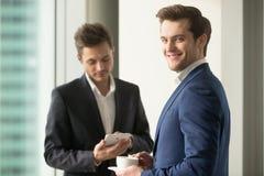 Zekere CEO het drinken koffie en de dag van het planningswerk royalty-vrije stock afbeelding
