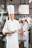 Zekere Chef-kok Commercieel Presenting Dish In Royalty-vrije Stock Fotografie