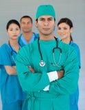 Zekere chirurg met gevouwen wapens Royalty-vrije Stock Afbeeldingen
