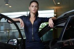 Zekere damebestuurder met haar auto Stock Afbeeldingen