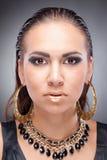 Zekere donkerbruine vrouw in de stijl van Cleopatra Stock Afbeelding