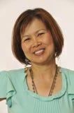 Zekere en glimlachende Aziatische vrouw Stock Afbeelding