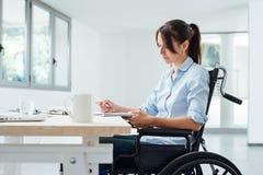Zekere gehandicapte onderneemster op het werk Royalty-vrije Stock Afbeeldingen