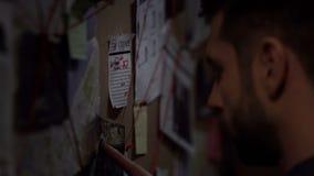 Zekere geheimagent die naar de misdadiger op de kaart zoeken, die aanwijzing vinden royalty-vrije stock foto's
