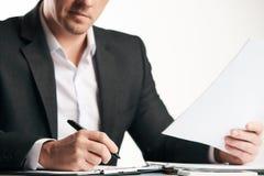 Zekere gelukkige zakenman die contract ondertekenen stock fotografie