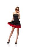 Zekere glimlachende elegante vrouw in kleding die zich in volledige lengte bevinden Royalty-vrije Stock Afbeelding