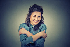 Zekere glimlachende vrouwenholding die koesteren Liefde zelf concept royalty-vrije stock fotografie