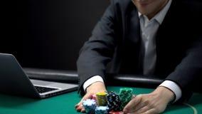 Zekere gokker die alle spaanders wedden die het online spel van de casinopook hopen te winnen stock afbeelding
