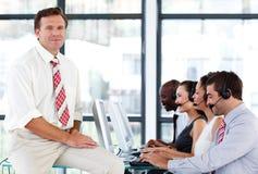 Zekere hogere manager in een call centre Royalty-vrije Stock Fotografie