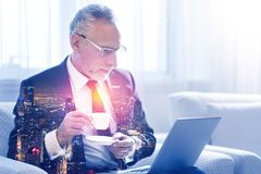Zekere hogere zakenman die zijn laptop met behulp van Royalty-vrije Stock Fotografie