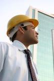 Zekere jonge Indische ingenieur die omhoog kijkt Royalty-vrije Stock Fotografie