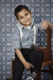 Zekere jonge jongen in steunen Royalty-vrije Stock Foto's