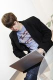 Zekere jonge manager met laptop Royalty-vrije Stock Foto's