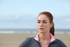 Zekere jonge sportenvrouw die zich in openlucht bevinden Stock Foto