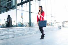 Zekere Jonge Vrouwelijke Ondernemer Walking In Downtown royalty-vrije stock foto's