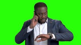 Zekere jonge zakenman die op celtelefoon spreken stock video