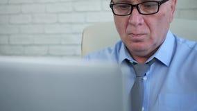Zekere Manager Image Working in Bureauzaal met Laptop stock videobeelden