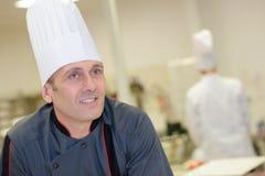 Zekere Mannelijke Chef-kok In Kitchen Royalty-vrije Stock Foto's