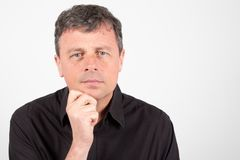 Zekere mens die op middelbare leeftijd vrijetijdskledings zwart overhemd draagt royalty-vrije stock foto