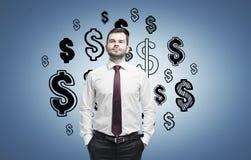 Zekere mens en dollartekens op blauw Royalty-vrije Stock Afbeeldingen
