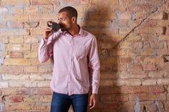 Zekere mens het drinken koffie Royalty-vrije Stock Afbeeldingen