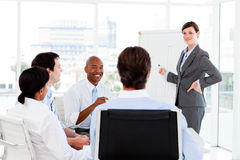 Zekere onderneemster die een presentatie geeft Stock Foto's