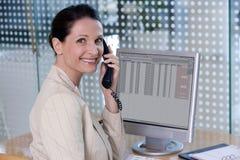 Zekere onderneemster die op telefoon spreekt Royalty-vrije Stock Foto's